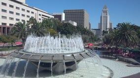 Широкий взгляд грандиозного здания фонтана и здание муниципалитета парка в Лос-Анджелесе видеоматериал