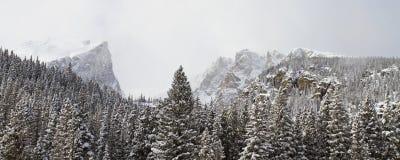 Широкий взгляд ландшафта горы в зиме Стоковая Фотография