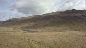 Широкий взгляд на Глен Etive и реке Etive в гористых местностях Шотландии от воздуха сток-видео