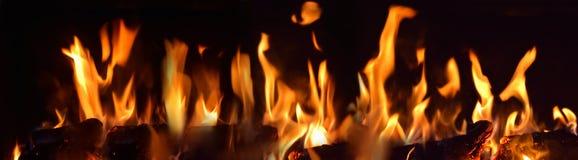 Широкий взгляд огня пылает от горящих угля или древесины Стоковое Изображение