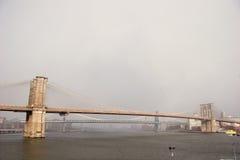 Широкий взгляд Бруклинского моста с мостом Манхаттана позади стоковые изображения