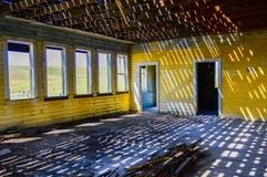 Широкий взгляд интерьера покинутого здания школы Стоковые Изображения RF