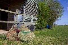 Широкий взгляд конюшен, haynets и paddock Стоковое Изображение
