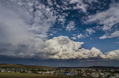 Широкий взгляд неба с облаками шторма Стоковое Изображение