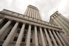 Широкий взгляд смотря вверх на здании суда Соединенных Штатов, более низком Манхаттане стоковая фотография