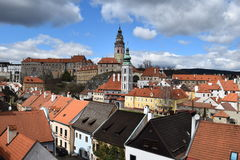 Широкий взгляд ½ Krumlov ÄŒeskà со своим замком положения, бывшей церков ¡ t St JoÅ, исторических зданий и домов Стоковая Фотография
