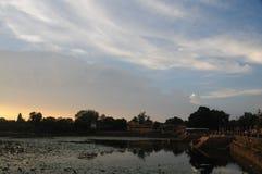 Широкий вид на озеро на Khajuraho, Индии стоковые изображения rf