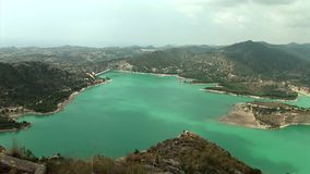 Широкий всход сверху ` Embalse de Amadorio ` резервуара воды и damm видеоматериал