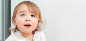 Широкий портрет счастливой девушки малыша внутрь Стоковая Фотография RF
