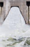 Широкий поток воды будучи выпусканным от запруды Стоковая Фотография RF