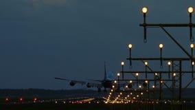 Широкий самолет тела причаливая к авиапорту в рано утром акции видеоматериалы