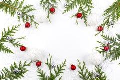 Широкий свод сформировал границу рождества на белизне, составленной свежих ветвей ели с Санта Клаусом и орнаментами Стоковые Изображения RF