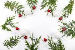 Широкий свод сформировал границу рождества на белизне, составленной свежих ветвей ели с Санта Клаусом и орнаментами Стоковые Изображения