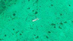 Широкий тропический пляж с белым песком, взглядом сверху сток-видео