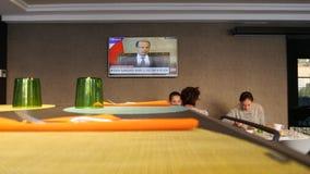 Широковещание канала новостей CNN в ресторане гостиницы во время завтрака видеоматериал