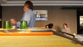 Широковещание канала новостей CNN в ресторане гостиницы во время завтрака акции видеоматериалы