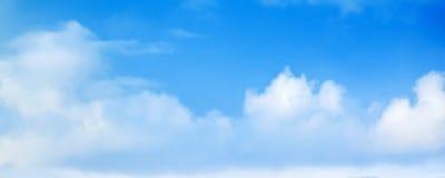 Широкое голубое небо с белыми облаками кумулюса Стоковая Фотография