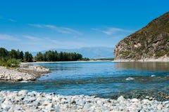 Широкое голубое река пропускает в горах Стоковые Фото