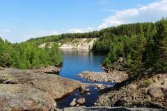 Широкое река пропускает между песчаными пляжами окруженными смешанным coniferous лесом Karelia, Россией На переднем плане потухше стоковые фото