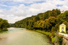 Широкое река пропуская за малой часовней Стоковое фото RF