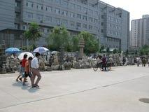 Широкое фото улицы - рынок статуи Пекина Panjiayuan Стоковые Изображения