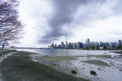 Широкоформатная съемка над горизонтом Ванкувера - изумительным взглядом от парка Стэнли - ВАНКУВЕР - КАНАДА - 12-ое апреля 2017 Стоковые Фото