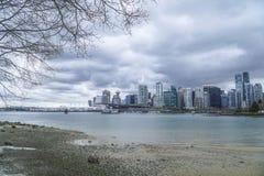 Широкоформатная съемка над горизонтом Ванкувера - изумительным взглядом от парка Стэнли - ВАНКУВЕР - КАНАДА - 12-ое апреля 2017 Стоковое фото RF