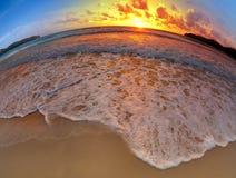 Широкоформатная съемка песка пляжа на заходе солнца Стоковое фото RF