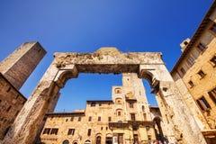 21 04 2017 - Широкоформатная съемка Cisterna Della аркады в San Gimignano, место всемирного наследия в Тоскане Стоковая Фотография