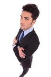 Широкоформатное изображение серьезного бизнесмена при пересеченные руки Стоковые Фотографии RF