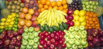 Широкоформатное фото органических плодоовощей на розничном рынке Стоковые Изображения