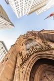 Широкоформатный верхний взгляд церков троицы на Бродвей и Уолл-Стрите с окружающими небоскребами, более низком Манхаттане, новом Стоковые Изображения RF
