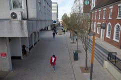 Широкоформатный взгляд главной улицы и пешеходов в Bracknell, Англии Стоковое Фото