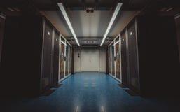 Широкоформатный взгляд современной комнаты сервера стоковое изображение
