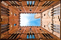 Широкоформатный взгляд Torre del Mangia, Сиены, Италии Стоковая Фотография RF