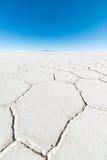 Широкоформатный взгляд соли Uyuni мира известного плоского, среди самого важного назначения перемещения в боливийских Андах Закро Стоковая Фотография