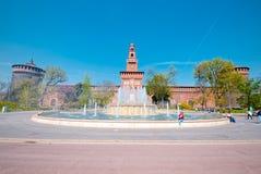 Широкоформатный замка Sforza и фонтана, милана Стоковая Фотография