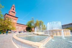 Широкоформатный замка Sforza и фонтана, милана Стоковые Изображения