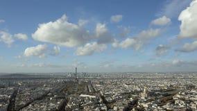 Широкоформатный устанавливая город Парижа съемки и Эйфелева башня с готовить правое вступление daytime сток-видео