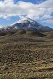Широко раскройте пустой ландшафт пустыни в Неваде во время зимы с голубыми небесами и облаками Стоковые Фотографии RF