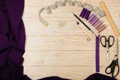 Шить аксессуары на светлой деревянной предпосылке пурпура и li Стоковые Изображения RF