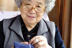 Шить бабушка стоковые фотографии rf