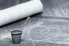 Шить игла и кольцо Стоковые Фото