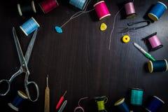 Шить инструменты на деревянном столе Стоковые Изображения RF