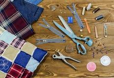 Шить и инструменты заплатки на деревянной текстурированной предпосылке, Стоковые Изображения RF