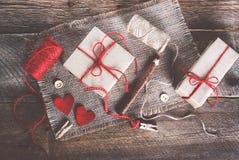 Шить комплект: ткани, потоки, штыри, кнопки, лента и handmade сердца на мешковине, предпосылке дерюги Тонизированные влияния Стоковое Изображение RF