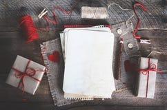 Шить комплект: ткани, потоки, штыри, кнопки, лента и handmade сердца на мешковине, предпосылке дерюги Тонизированные влияния Стоковые Фотографии RF