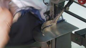 Шить куртка подкладки ткани на швейной машине акции видеоматериалы