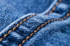 Шить на голубой джинсовой ткани иллюстрация вектора