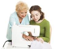 шить помощи бабушки стоковое изображение rf